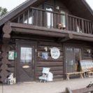 栗の樹ファーム(栗山町)は栗山英樹監督が作った少年野球場と野球グッズの展示ログハウス